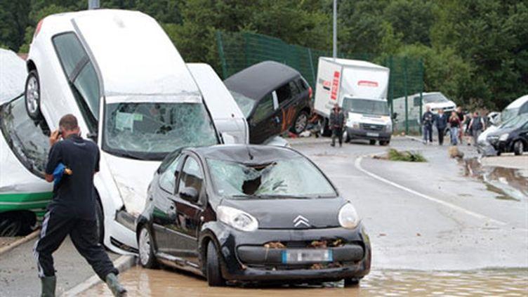 Des voitures encastrées, poussées les unes contre les autres par de puissantes coulées de boue à Draguignan (AFP - Stephane Danna)