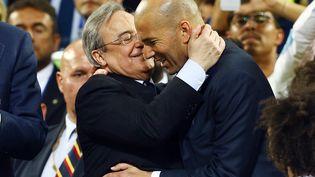 Le président du Real Madrid Florentino Pérez serre dans ses bras son entraîneur Zinedine Zidane, après la victoire en Ligue des Champions, à Milan, contre l'Atlético Madrid, le 28 mai 2016. (KIERAN MCMANUS / BACKPAGE IMAGES LTD)