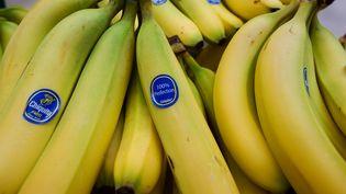La police indienne a contraint le voleur d'une chaîne en or à ingurgiter plus de 40 bananes pour restituer le bijou. (PAUL J. RICHARDS / AFP)