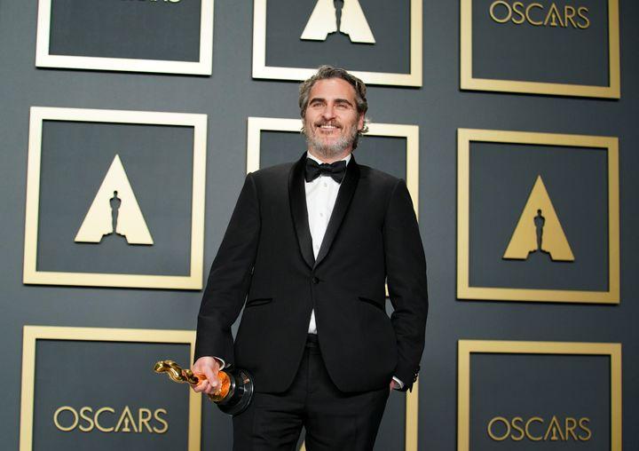 La plupart des hommes ont opté pour le smoking noir classique, y compris Joaquin Phoenix, qui a porté le même costume Stella Mc Cartney pendant toute la saison des récompenses.92e cérémonie des Oscars, dans la nuit du dimanche 9 au lundi 10 février à Los Angeles. (RACHEL LUNA / GETTY IMAGES NORTH AMERICA)