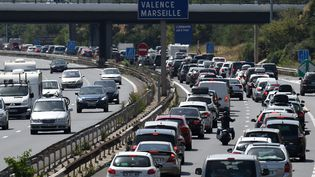 Bouchons sur l'A7 le 4 juillet 2015 entre Lyon et Vienne, dans le sud de la France. (PHILIPPE DESMAZES / AFP)
