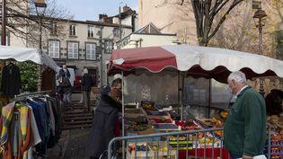 Les habitants dans les étals du marché de Chamalières (Puy-de-Dôme), le 3 décembre 2020. (THIERRY ZOCCOLAN / AFP)