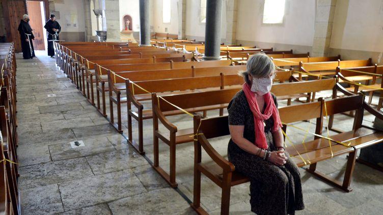 Une fidèle masquée dans une église catholique de Narbonne (Aude), le 20 mai 2020. (MAXPPP)