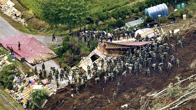 Des secouristes à la recherche de survivants après le séisme qui a ravagé la ville d'Atsuma, sur l'île d'Hokkaido, au Japon, le 7 septembre 2018. (KYODO KYODO / REUTERS)