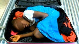 Un enfant ivoirien de 8 ans découvert caché dans une valise dasn l'enclave de Ceuta (Espagne), le 7 mai 2015 (TVE / EVN )