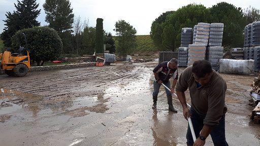 Opération nettoyage au domaine de la Maison Ventenac (Aude) après les inondations du 15 octobre 2018. (BENJAMIN MATHIEU / RADIO FRANCE)