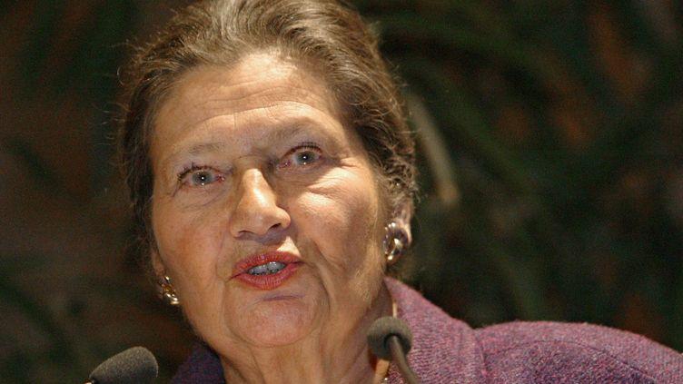 L'ancienne ministre et ancienne déportée Simone Veil prononce un discours à l'hôtel de ville de Paris, lors d'un rassemblement national des anciens déportés d'Auschwitz, le 26 janvier 2005. (MEHDI FEDOUACH / AFP)