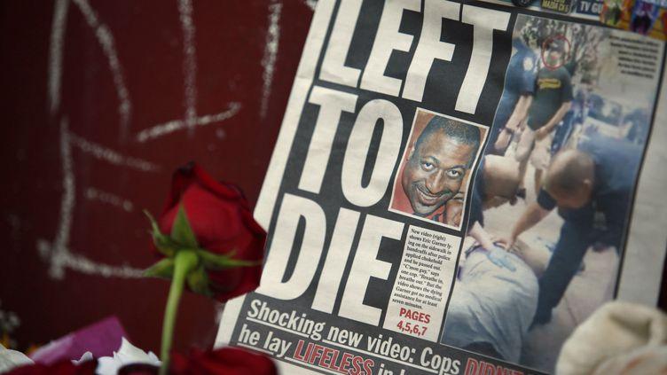 Un journal avec la photo d'Eric Garner, déposé sur les lieux de son interpellation musclée par la police, à Staten Island (New York, Etats-Unis), le 21 juillet 2014. (EDUARDO MUNOZ / REUTERS)