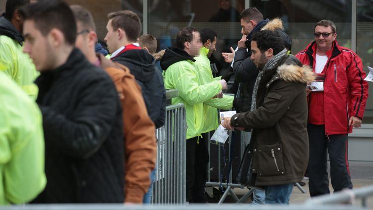 Des supporters fouillés à l'entrée du Stade de France, le 23 avril 2016, avant la finale de la coupe de la Ligue. (MAXPPP)