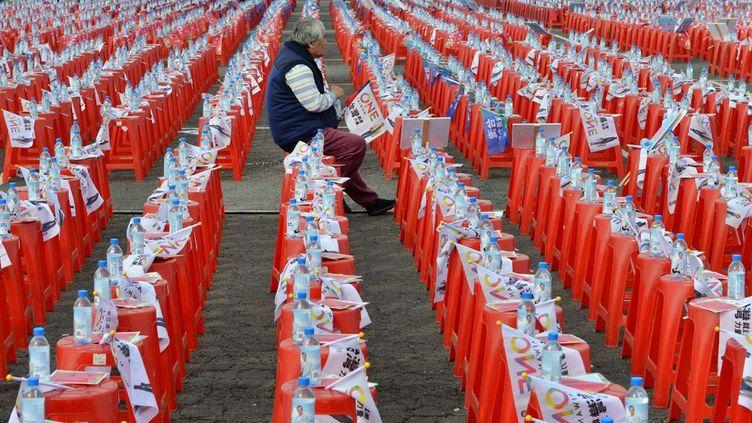 assis sur un tabouret avant le début d'un meeting, dans le sud de Taïwan, le 10 janvier 2015. L'élection présidentielle a lieu le 16 janvier et le candidat du Kuomintang, le parti au pouvoir, a du mal à persuader les électeurs en raison notamment de sa politique de rapprochement avec Pékin et des difficultés économiques de l'île. (SAM YEH / AFP)