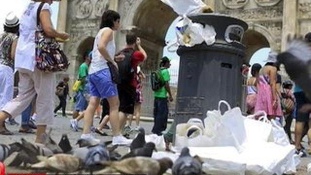 Italie : les poubelles envahissent les rues de Rome