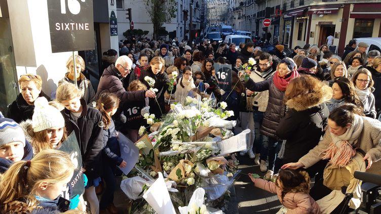 Des fleurs ont été déposées, mercredi 22 janvier, à l'angle de la rue Jean de la Fontaine et de la rue George Sand à Paris, où la petite fille a été tuée. (FAUSTINE CALMEL / RADIOFRANCE)