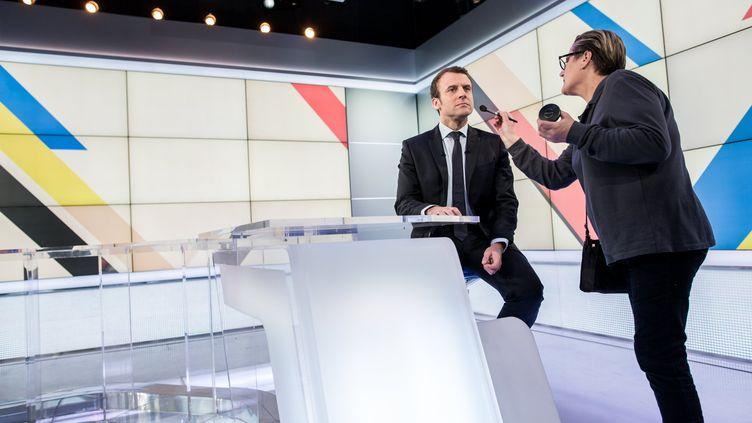 """Emmanuel Macron sur le plateau de l'émisison de France 3""""Dimanche en politique"""", le 9 avril 2017. (ROMAIN GAILLARD / REA)"""