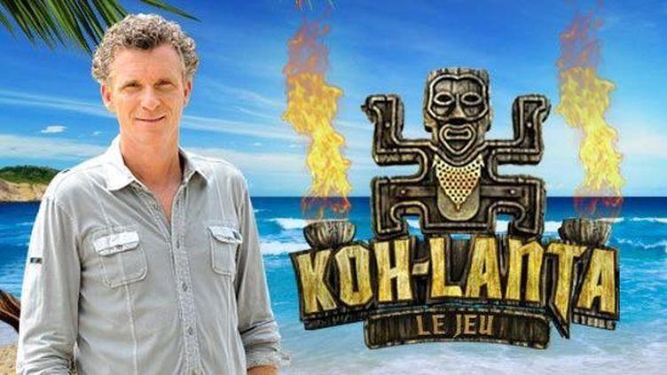 """Le présentateur de """"Koh-Lanta"""", Denis Brogniart, pose devant le logo de l'émission. (TF1)"""