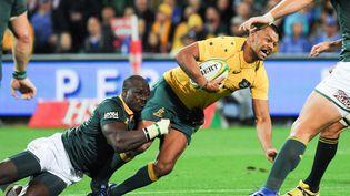 L'Australien Kurtley Beale se fait plaquer par Nyakané lors du match opposant l'Australie à Afrique du Sud. (GREG WOOD / AFP)