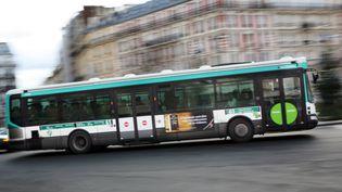 Un bus de la RATP dans une rue de Paris, le17 janvier 2010. (LOIC VENANCE / AFP)