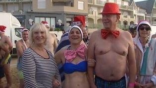 C'est une tradition à Chatelaillon-Plage (Charente-Maritime), près de La Rochelle. Pour la bonne cause, 400 personnes étaient réunies, ce 24 décembre, pour un bain de Noël. (France 3)
