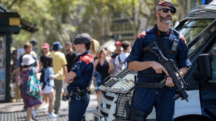 Des policiers sont positionnés sur Les Ramblas de Barcelone (Espagne), le 18 août 2017. (MATTHIAS BALK / DPA / AFP)