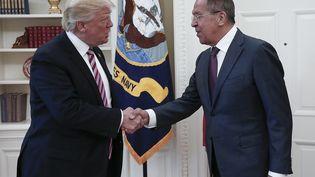 Le président américain Donald Trump serre la main de Sergueï Lavrov, le ministre des Affaires étrangères russe, le 10 mai 2017 dans le Bureau ovale de la Maison Blanche à Washington (Etats-Unis). (MINISTERE RUSSE DES AFFAIRES ETRANGERES / AFP)