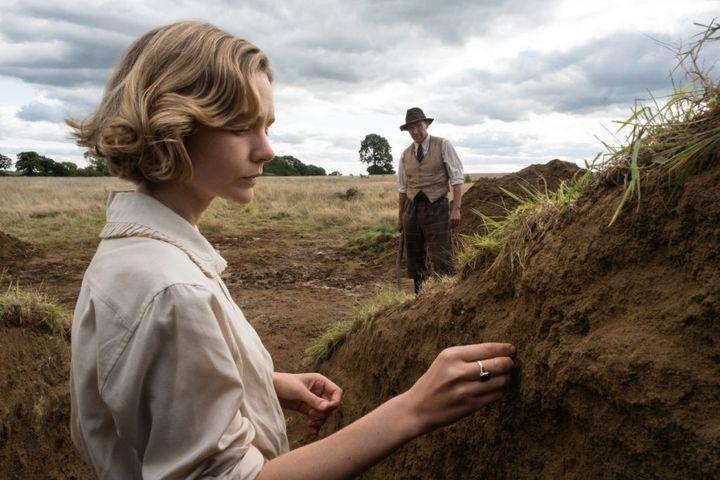 """Carey Mulligan et Ralph Fiennes dans """"The Dig"""" de Simon Stone (2021). (Copyright NETFLIX)"""