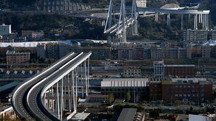 Le pont Morandi, àGênes (Italie), après s'être partiellement effondré, le 14 décembre 2018. (FILIPPO MONTEFORTE / AFP)