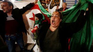 Des Algériens célèbrent la démission d'Abdelaziz Bouteflika, à Alger, le 2 avril 2019. (RAMZI BOUDINA / REUTERS)