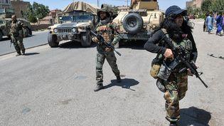Des soldats de l'armée afghane mobilisés pour affronter les forces talibanes, le 1er août 2021. (HOSHANG HASHIMI / AFP)