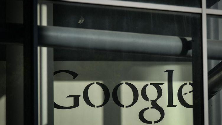 Le logo de Google devant son siège européen, le 11 mai 2021 à Dublin (Irlande). (ARTUR WIDAK / AFP)