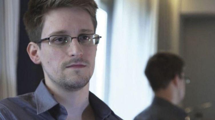 Capture d'écran du documentaireCitizenfour, montrant le lanceur d'alerte Edward Snowden en 2014. (KOBAL / THE PICTURE DESK / AFP)
