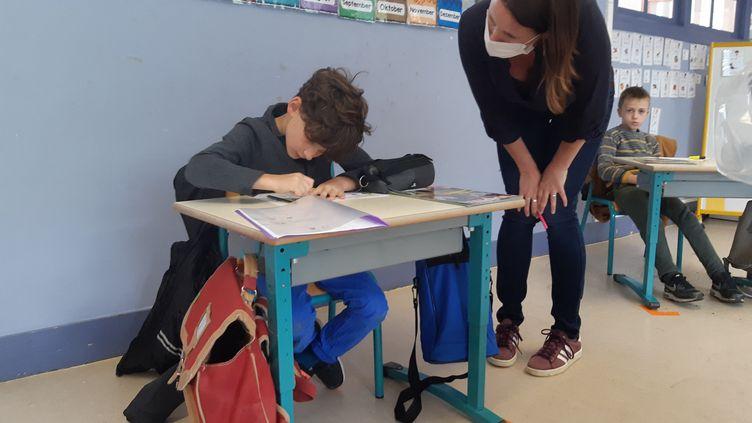 Une professeure des écoles et ses élèves. Photo d'illustration. (JULIEN FLEURY / FRANCE-BLEU LA ROCHELLE)