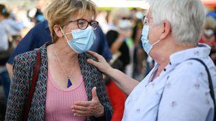 Marie-Guite Dufay (à gauche), la présidente socialiste du conseil régional de Bourgogne-Franche-Comté, à Lons-le-Saunier (Jura), le 3 juin 2021. (SEBASTIEN BOZON / AFP)