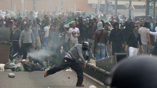 Des émeutiers lançant des des projectiles sur des policiers, losr des violences survenues en marge d'une manifestation pro-palestinienne interdite à Sarcelles (Val-d'Oise), le 20 juillet 2014. (PIERRE ANDRIEU / AFP)