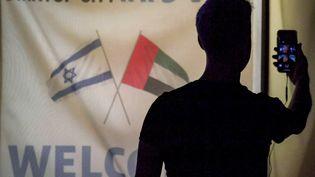 Un membre de la délégation technologique israélienne pendant un appel en visio avec des homologues emiratis, le 25 octobre 2020 à Dubaï. (KARIM SAHIB / AFP)