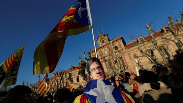 Un manifestant pro-indépendance de la Catalogne à Barcelone (Espagne), arborant le masque du dirigeant catalanCarles Puigdemont, le 30 janvier 2018. (RAFAEL MARCHANTE / REUTERS)