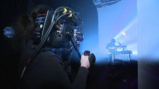 Le rappeur ARM se produit en concert à huis-clos sur la scène de la salle stéphanoise Le Fil. (FRANCEINFO)