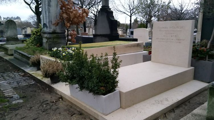 Une photo de la tombe profanée du dessinateur Georges Wolinski, assassiné lors des attentats contre Charlie Hebdo, a ciculé sur les réseaux sociaux. (JULIEN NGUYEN DANG / FRANCEINFO)