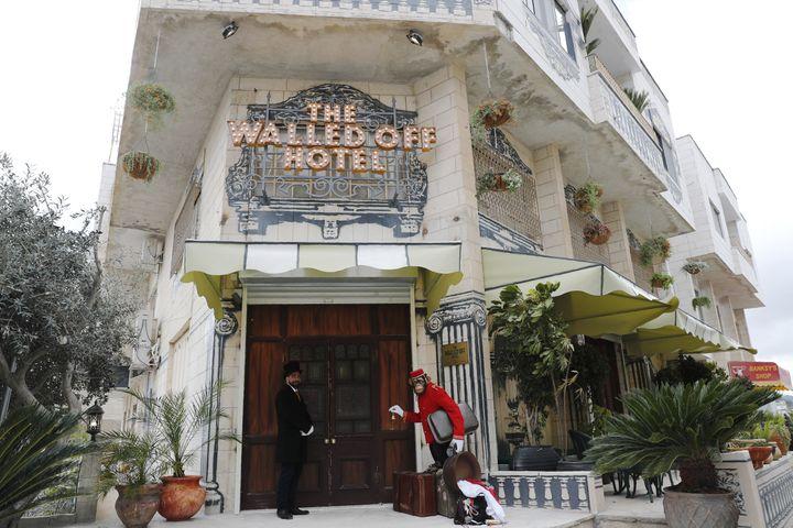 """La devanture de """"Walled-Off hotel"""" àBethléem (Cisjordanie), le 3 mars 2017. (THOMAS COEX / AFP)"""