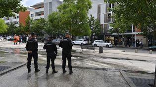 Des policiers surveillent une opération de nettoyage de rue dans le quartier des Grésilles à Dijon (Côte-d'Or), le 16 juin 2020. (PHILIPPE DESMAZES / AFP)