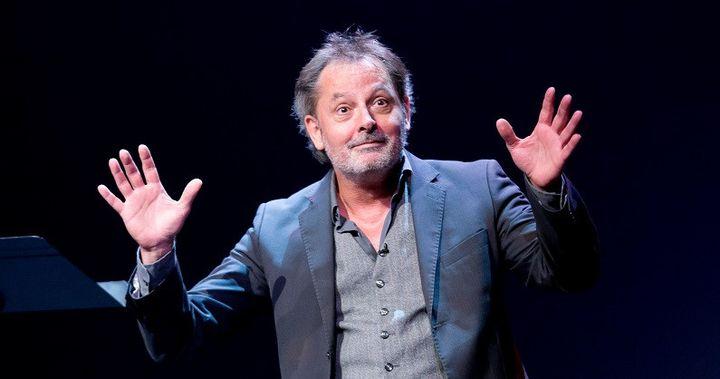 """Christophe Alévèque sur la scène du Théâtre du Rond-Point le 19 mai 2020 dans son spectacle """"Le Trou noir"""" (GIOVANNI CITTADINI CESI / Théâtre du Rond-Point)"""