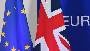 Les drapeaux européens et britanniques, le 25 novembre 2018 à Bruxelles. (EMMANUEL DUNAND / AFP)
