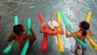 Des enfants dans une piscine apprennent à nager, en octobre 2020. (VANESSA MEYER / MAXPPP)