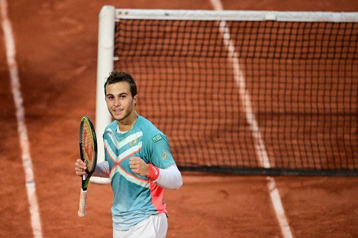 Le Français Hugo Gaston célèbre sa victoire faceau Suisse StanWawrinka, à Roland-Garros, à Paris, le 2 octobre 2020. (MARTIN BUREAU / AFP)