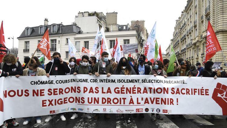 Des étudiants manifestent contre la précarité, le 16 mars 2021 à Paris. (BERTRAND GUAY / AFP)