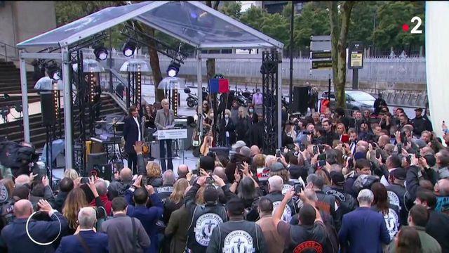 Hommage à Johnny Hallyday : les fans célèbrent leur idole devant Bercy