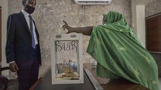 Une femme vote pour l'élection présidentielle à Djibouti, le 9 avril 2021. (TONY KARUMBA / AFP)