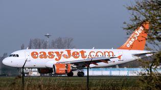 Un avion de la compagnie easyJet à l'aéroport de Lille-Lesquin (Nord), le 29 décembre 2014. (PHILIPPE HUGUEN / AFP)