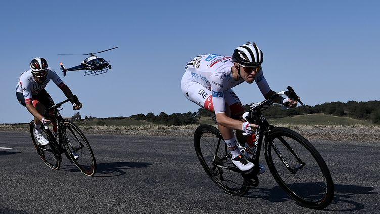 Tadej Pogacar scruté par un hélicoptère, lors de la 14e étape du Tour de France, le 12 septembre 2020 (MARCO BERTORELLO / AFP)