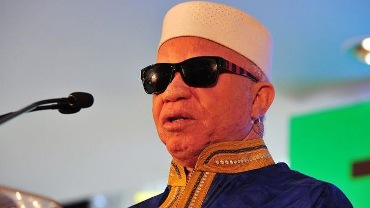 Le chanteur malien Salif Keita, lors d'une conférence de presse à Naïrobi (Kenya) le 25 août 2015. Il avait tiré la sonnette d'alarme sur le sort tragique des albinos en Tanzanie à la veille des élections présidentielles dans ce pays.