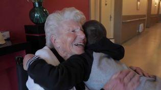Jacqueline Bertrand, 100 ans et arrière-grand-mère, a pu se faire vacciner contre le Covid-19, ce qui lui a permis de revoir toute sa famille. (CAPTURE ECRAN FRANCE 2)