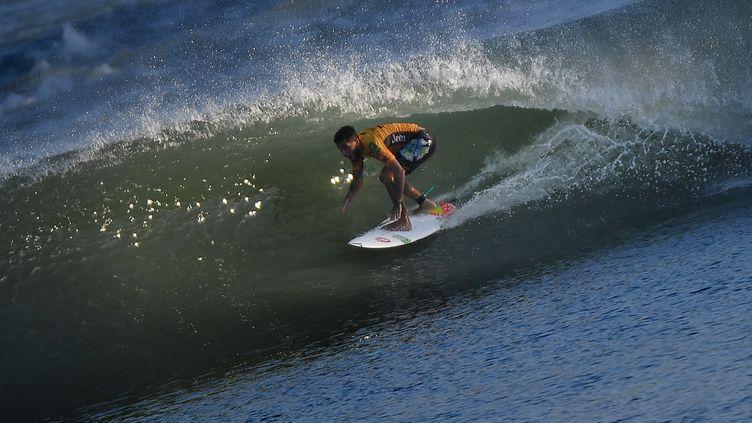 Un surfeur sur une plage californienne, le 7 septembre 2018. (MARK RALSTON / AFP)